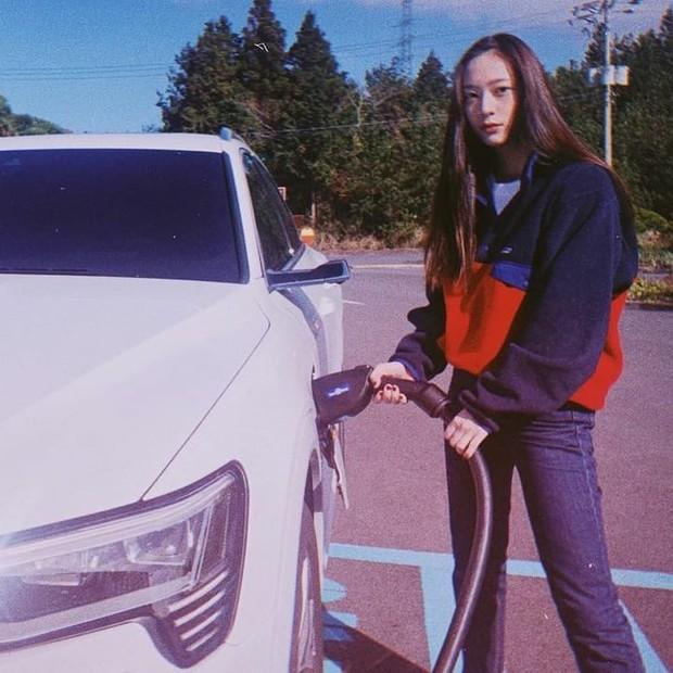 Krystal Jung dengan setelan kasual