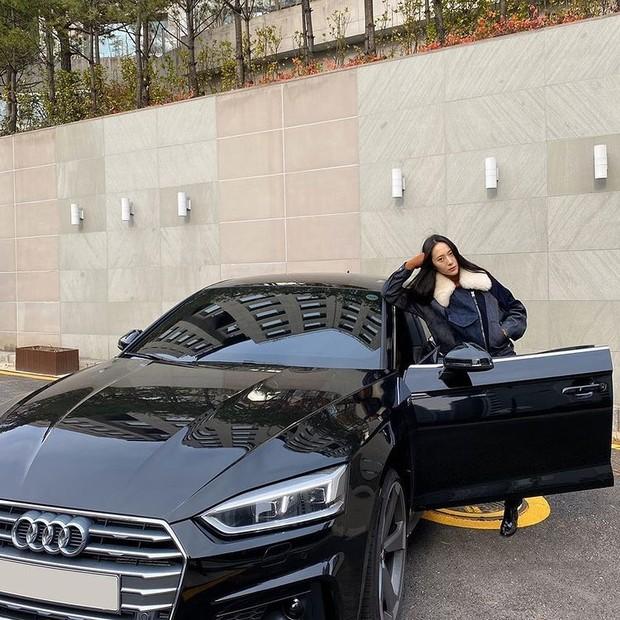 Kyrstal Jung saat berpose dengan Audi