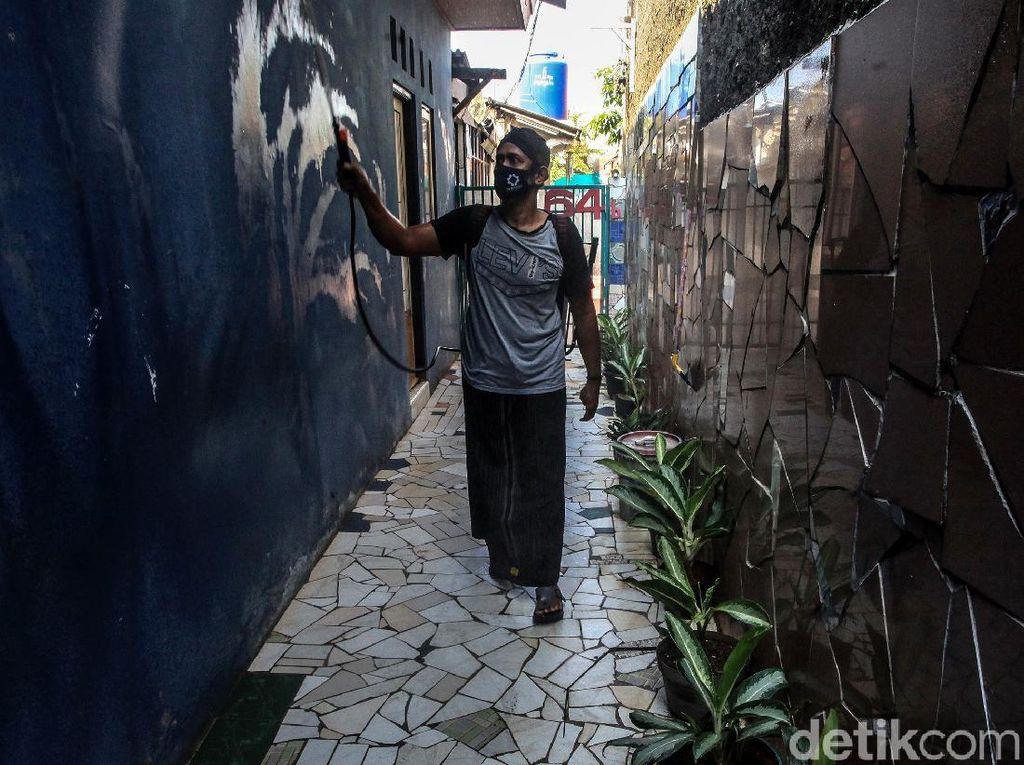 Pondok Aren Disemprot Disinfektan Usai Satu Keluarga Terpapar COVID