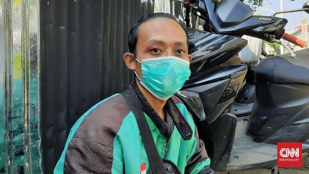 Driver ojek online Sumawan (27) saat ditemui di sisi Jalan Kemang Raya, Jakarta Selatan mengaku kesal dengan pesepeda yang memenuhi badan jalan, Senin (7/6).