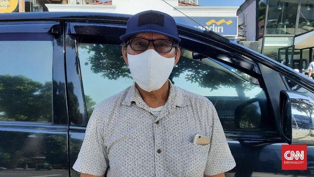 Madi (55) seorang sopir mobil saat ditemui di depan bank di Jalan Kemang Raya tidak sepakat dengan keputusan Polda Metro Jaya yang akan menilang pesepeda, Senin (7/6).