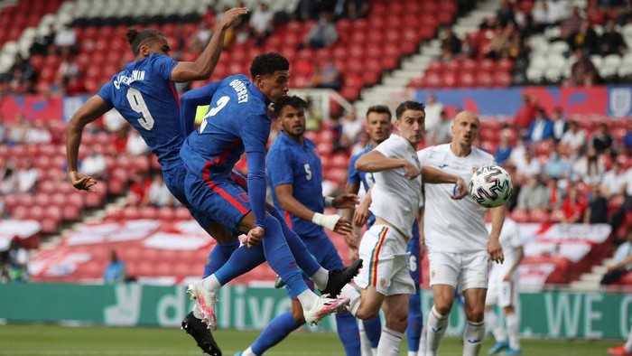 MIDDLESBROUGH, ENGLAND - JUNE 06: Dominic Calvert-Lewin and Ben Godfrey of England get up for a header in the box during the international friendly match between England and Romania at Riverside Stadium on June 06, 2021 in Middlesbrough, England. (Photo by Nick Potts - Pool/Getty Images)