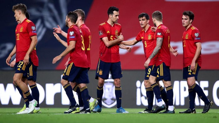 SEVILLE, SPAIN - MARCH 31: Gerard Moreno of Spain celebrates with teammates Sergio Busquets and Inigo Martinez after scoring their teams third goal  during the FIFA World Cup 2022 Qatar qualifying match between Spain and Kosovo at Estadio Olimpico on March 31, 2021 in Seville, Spain. Sporting stadiums around Spain remain under strict restrictions due to the Coronavirus Pandemic as Government social distancing laws prohibit fans inside venues resulting in games being played behind closed doors. (Photo by Fran Santiago/Getty Images)