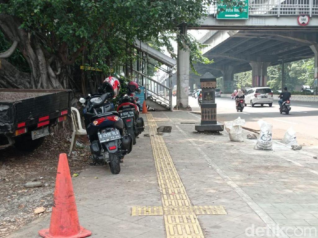 Bukan Mobil, Kini Malah Motor yang Parkir di Atas Trotoar Rawasari