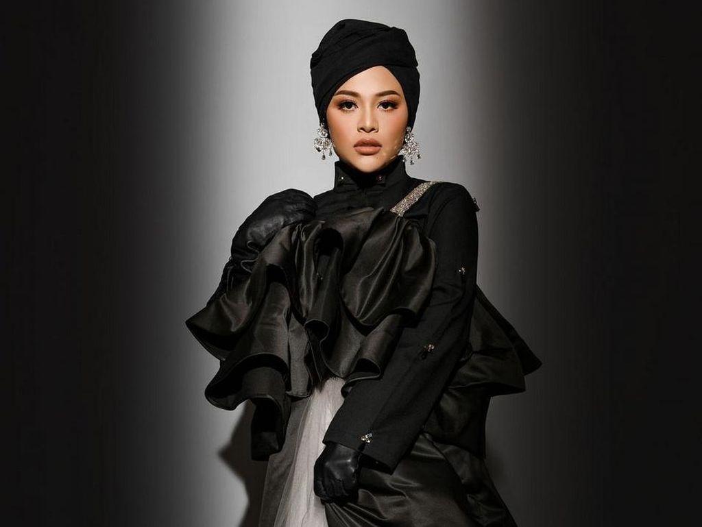 7 Gaya Glamor Aurel Hermansyah Berbusana Hijab