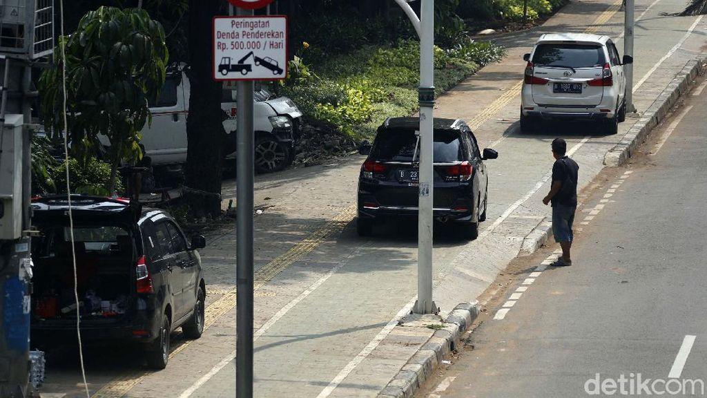 Sering Diserobot Parkir Liar, Trotoar Rawasari Dijaga Petugas