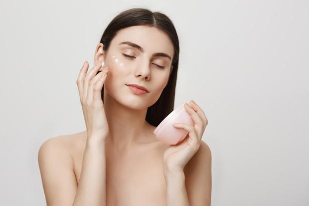 Menjaga kelembaban mata dapat dilakukan dengan mengaplikasikan eyecream dan eyemask secara rutin.