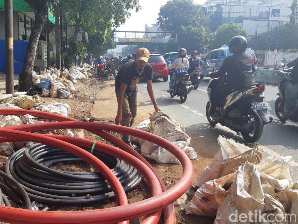 4 Bulan Berlalu, Galian Manhole Mampang Prapatan Belum Kelar Juga