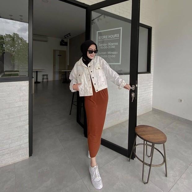 Outfit monokrom buat para hijabers.