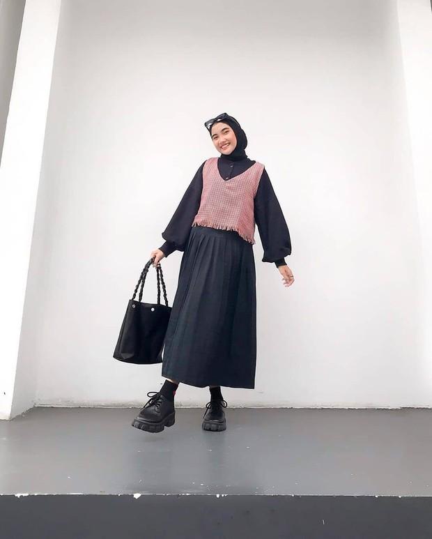 Padu padan monokrom hitam dan cokelat untuk hijabers.