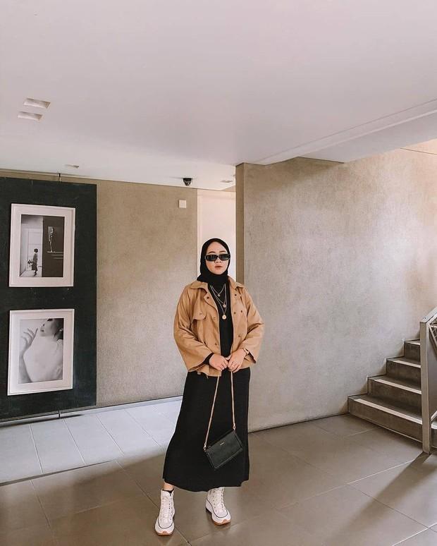 Inspirasi padu padan outfit monokrom buat hijabers.