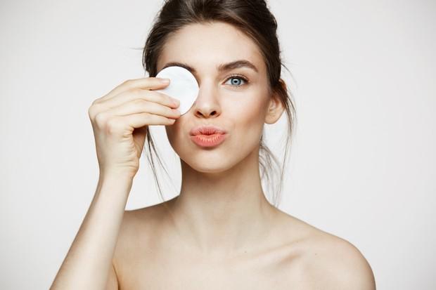 Membersihkan kotoran dan sisa make up di area mata dapat dilakukan secara perlahan agar tidak memicu keriput.