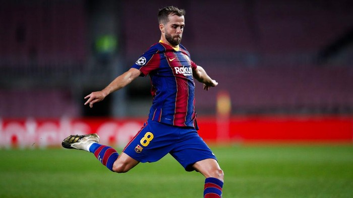 BARCELONA, SPAIN - NOVEMBER 04: Miralem Pjanic of FC Barcelona pass the ball during the UEFA Champions League Group G stage match between FC Barcelona and Dynamo Kyiv at Camp Nou on November 04, 2020 in Barcelona, Spain. (Photo by Eric Alonso/Getty Images)