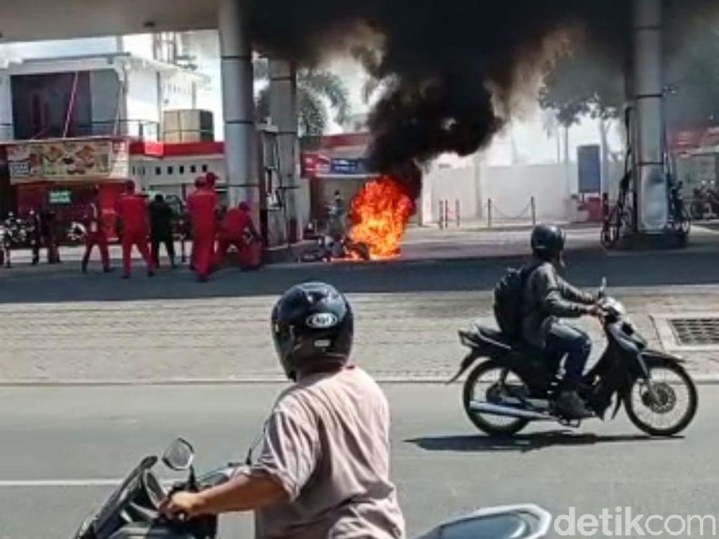 Apes, Pria Ini Pinjam Motor Lalu Terbakar Saat Isi BBM