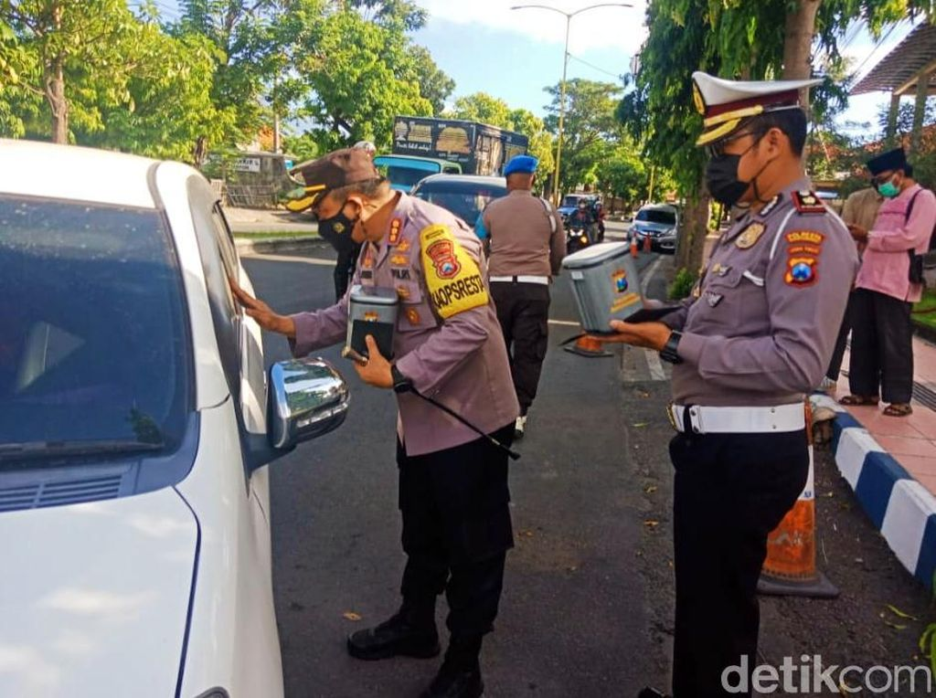 Tekan COVID-19, Polisi di Banyuwangi Bagikan Tempat Sampah Khusus Masker Bekas