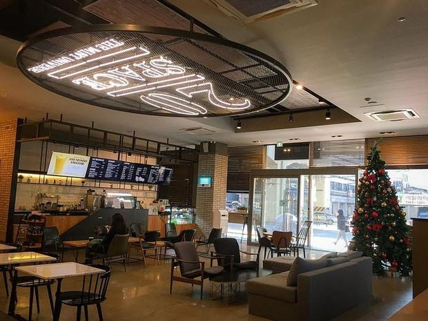 Suasana kafe 20 Space milik CUBE Entertainment.