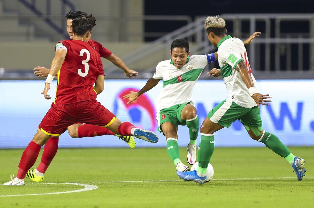 Pesepak bola Timnas Indonesia Asnawi Mangkualam (kanan) mempertahankan bola dari kawalan pesepak bola Timnas Vietnam Nguyen Tuan Anh (kiri) dalam pertandingan Grup G Kualifikasi Piala Dunia 2022 zona Asia di Stadion Al Maktoum, Dubai, Uni Emirat Arab, Senin (7/6/2021) malam. Timnas Indonesia kalah dari Timnas Vietnam dengan skor 0-4 dalam pertandingan tersebut. ANTARA FOTO/Humas PSSI/handout/APP/wsj.