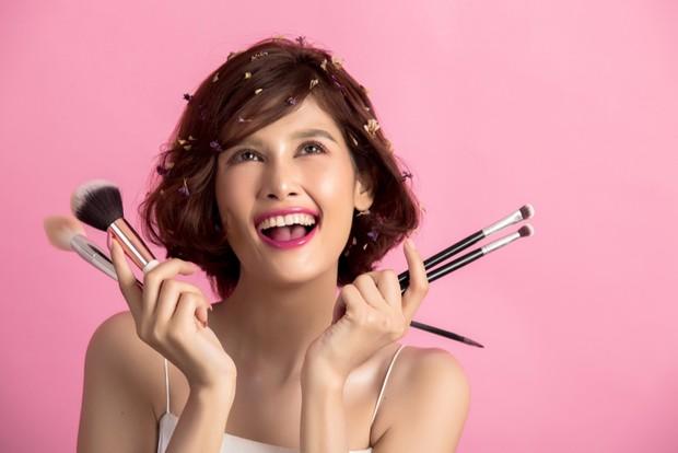 Wanita dengan produk kosmetik/Sumber:Freepick.com