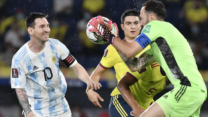 BARRANQUILLA, COLOMBIA - JUNE 08: David Ospina of Colombia makes a save against Lionel Messi of Argentina during a match between Colombia and Argentina as part of South American Qualifiers for Qatar 2022 at Estadio Metropolitano on June 08, 2021 in Barranquilla, Colombia. (Photo by Gabriel Aponte/Getty Images)
