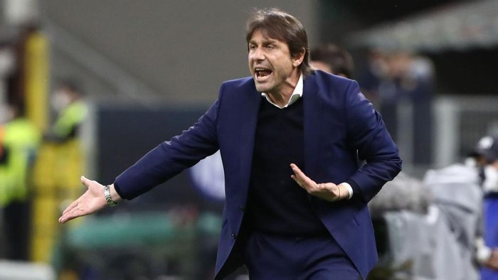 MILAN, ITALY - MAY 12: FC Internazionale coach Antonio Conte shouts to his players during the Serie A match between FC Internazionale  and AS Roma at Stadio Giuseppe Meazza on May 12, 2021 in Milan, Italy. Sporting stadiums around Italy remain under strict restrictions due to the Coronavirus Pandemic as Government social distancing laws prohibit fans inside venues resulting in games being played behind closed doors.  (Photo by Marco Luzzani/Getty Images)