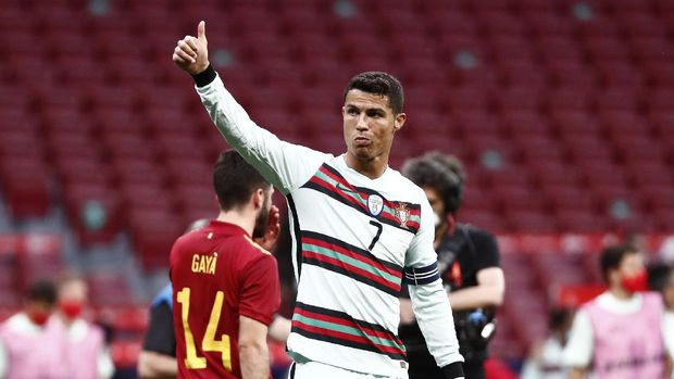 Soccer Football - International Friendly - Spain v Portugal - Wanda Metropolitano, Madrid, Spain - June 4, 2021 Portugal's Cristiano Ronaldo gestures to fans at the end of the mach REUTERS/Sergio Perez