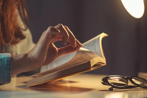 Ilustrasi membaca di tempat gelap membuat mata jadi tegang /freepik.com