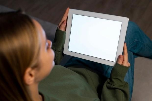 Ilustrasi menatap layar gadget dalam waktu lama bisa membuat mata lelah /freepik.com