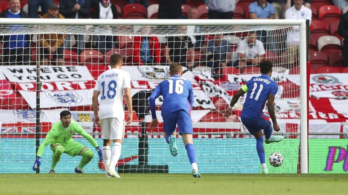 Englands Marcus Rashford scores his sides first goal from the penalty spot during the international friendly soccer match between England and Romania in Middlesbrough, England, Sunday, June 6, 2021. (AP Photo/Scott Heppell, Pool)