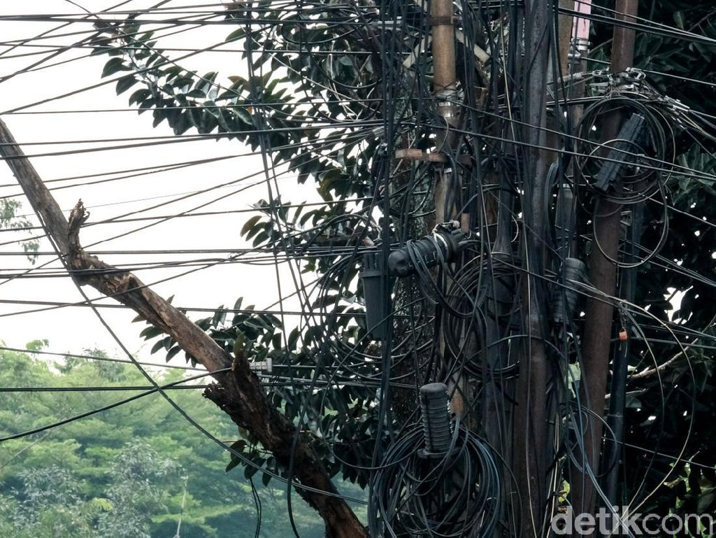 Jaringan Kabel Semrawut Ini Ada di Tangerang Lho