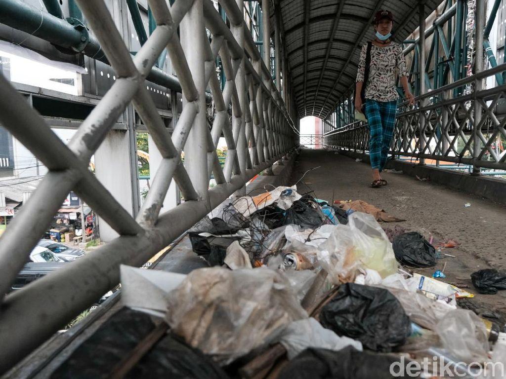 Jorok Banget! JPO Jalan Raya Serpong Penuh Sampah