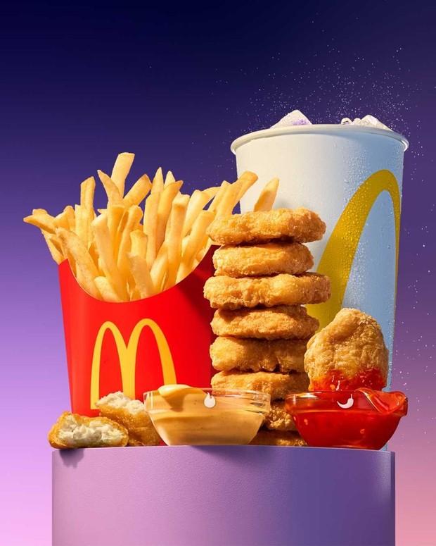 Istimewanya BTS Meal terdiri dari 9 pcs Chicken McNugget, french fries, satu gelas Coca Cola, dan dua saus spesial, sweet chilli dan cajun sauce.