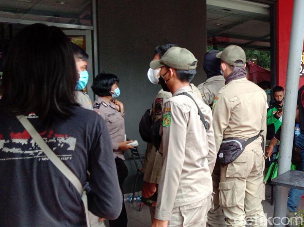 Kerumunan Ojol Order BTS Meal McD di Medan Dibubarkan Satgas COVID-19