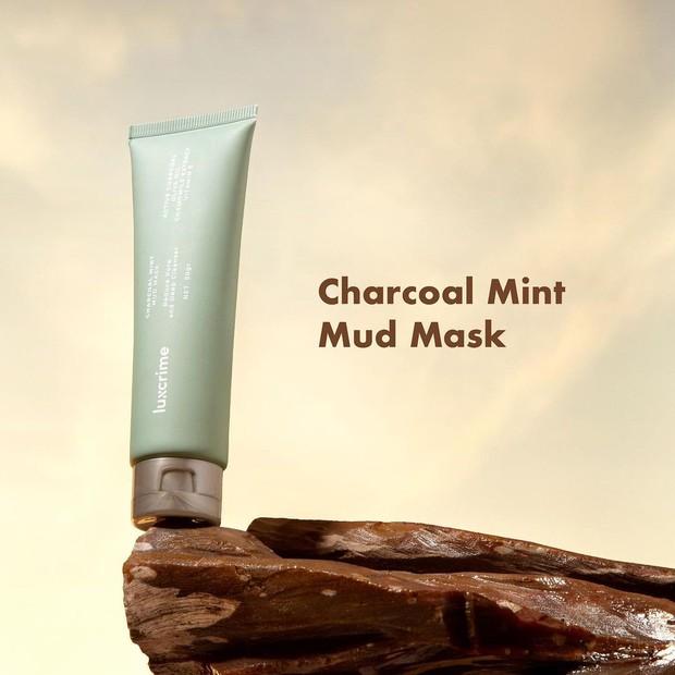 Masker cahrcoal yang mengandung vitamin E dan ekstrak daun mint untuk membebaskan pori dari kotoran dan jerawat.
