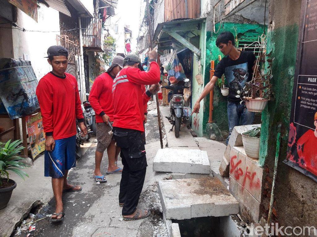 Halangi Rumah Orang, Got di Tambora Jakbar Dipangkas