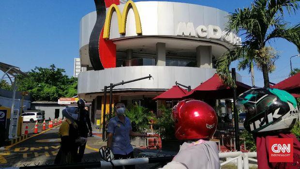 Gerai McDonald's di Jalan Basuki Rahmat, Surabaya ditutup sementara oleh kepolisian setempat. Hal itu merupakan imbas dari antrian pembeli yang berkerumun dan tidak sesuai protokol kesehatan Covid-19.