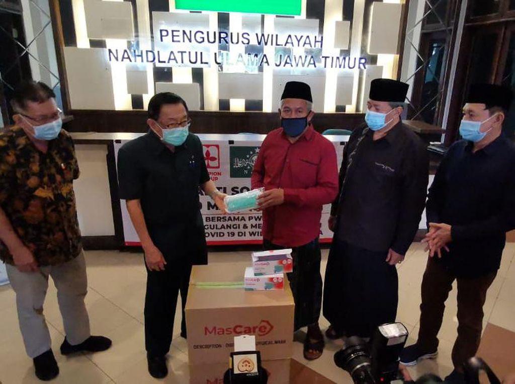 Bantu Penanganan COVID-19 di Bangkalan, PWNU Jatim Kirim 50 Ribu Masker