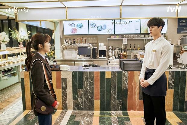 Sim Eun-ho bertemu dengan Lee Chae-rok di tempat kerja