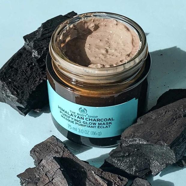 Mudmask charcoal yang mengandung green tea dan tea tree untuk membersihkan pori dari kotoran dan minyak.