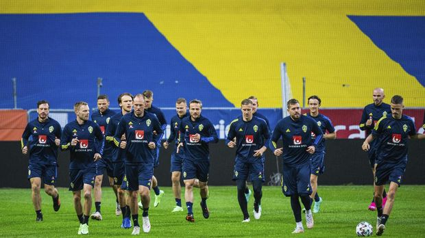 Sweden's players attend a training session on June 2, 2021 in Solna, Sweden, where the Swedish national football team continues its preparation for the upcoming EURO 2020 football tournament. - The European championship, which was delayed from last year due to the coronavirus pandemic, is set to take place across the continent between June 11 and July 11, 2021. (Photo by Jonathan NACKSTRAND / AFP)