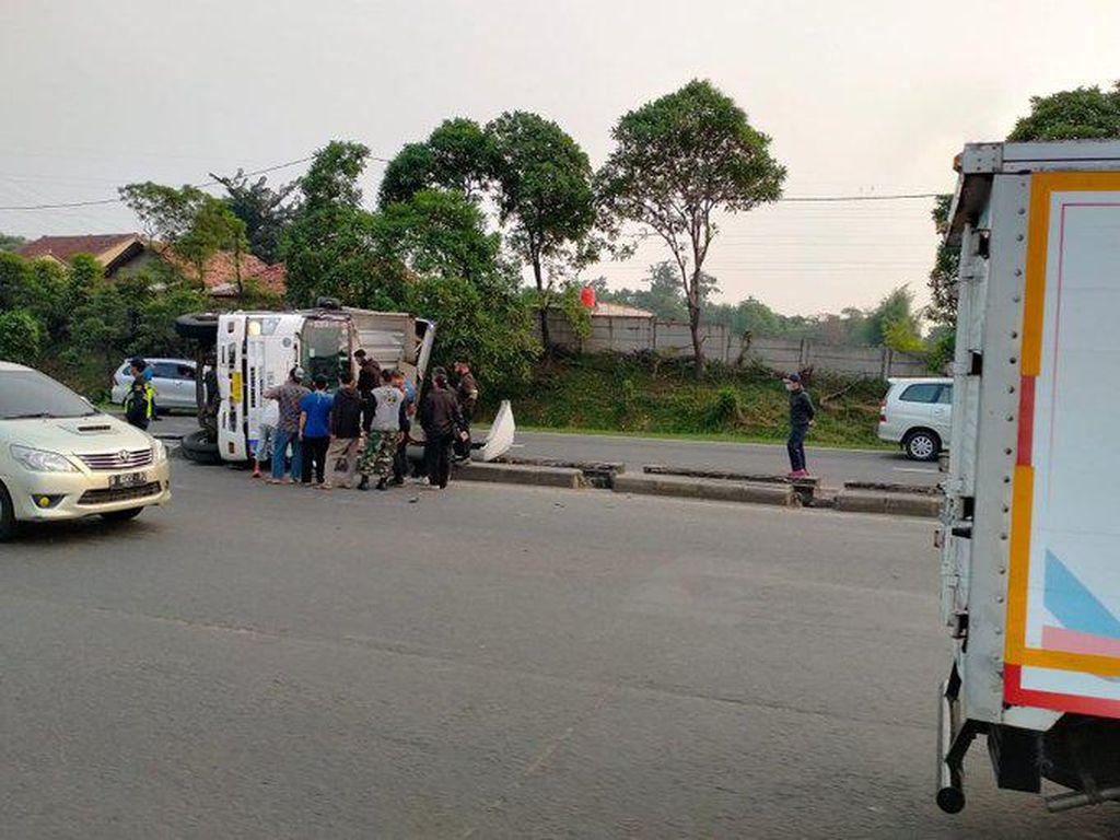 Kecelakaan Tronton di Tol Cikarang Barat Arah Cikampek, Lalin Macet 5 Km