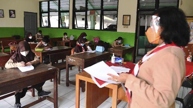 Sejumlah murid mengerjakan soal Penilaian Akhir Tahun (PAT) saat menjalani uji coba pembelajaran tatap muka (PTM) tahap 2 di SDN Kebayoran Lama Selatan 17 Pagi, Jakarta, Rabu (9/6/2021). Dinas Pendidikan DKI Jakarta menggelar uji coba pembelajaran tatap muka tahap 2 yang diikuti 226 sekolah. ANTARA FOTO/Hafidz Mubarak A/foc.