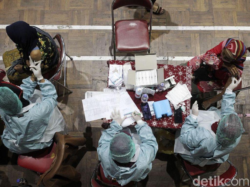 Ratusan Pedagang Pasar Sleman Yogyakarta Divaksin Massal