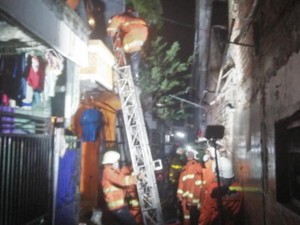 Api Ludeskan Rumah di Surabaya, 4 Orang Sekeluarga Terbakar Hingga 70 Persen