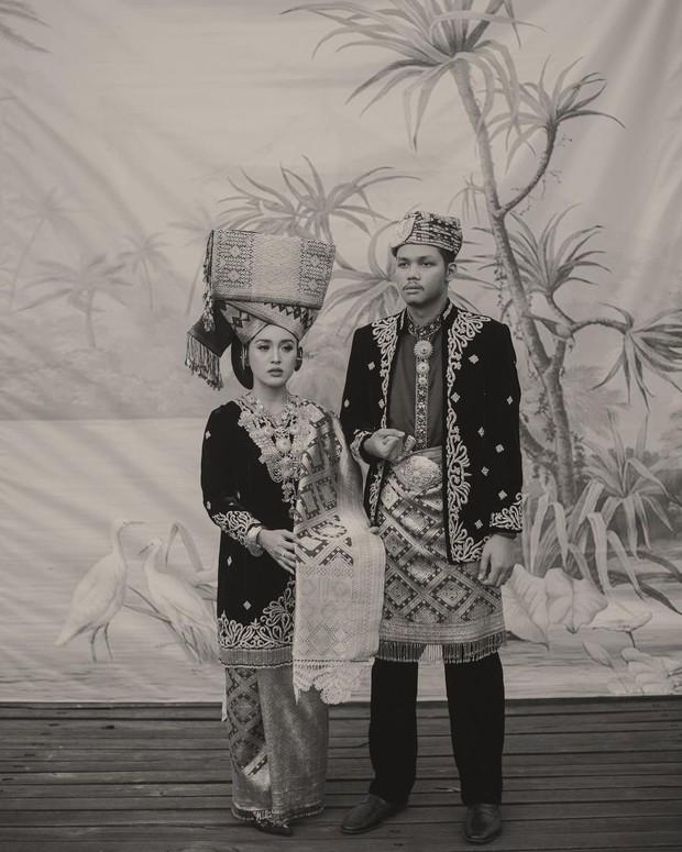 Foto Prewedding menggunakan busana Minangkabau / sumber : instagram.com/afifahyusuf