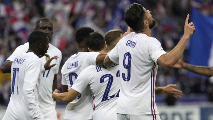 Frances Olivier Giroud, right, celebrates his goal against Bulgaria during the international friendly soccer match between France and Bulgaria at the Stade De France in Saint Denis, North of Paris, France, Tuesday, June 8, 2021. (AP Photo/Francois Mori)