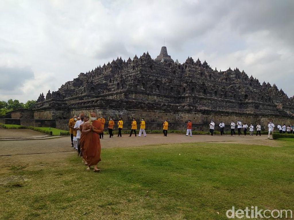 Umat Buddha Lakukan Uposatha di Candi Borobudur, Kapasitas Dibatasi