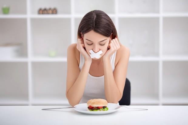 Ilustrasi makan junk food perlu dibatasi supaya asupan baik tetap seimbang/freepik.com