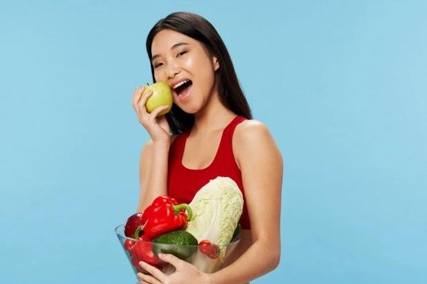 Ilustrasi makan makanan sehat untuk menyeimbangkan asupan/freepik.com