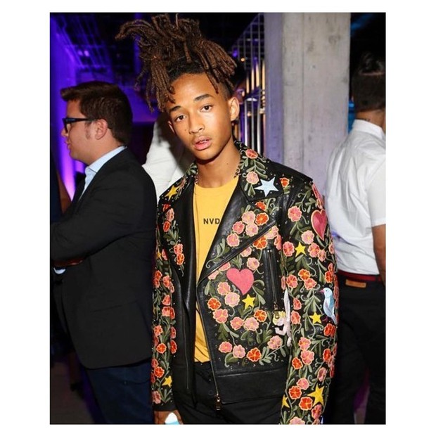 Penampilan Jaden dengan jaket kulit motif  bunga-bunga