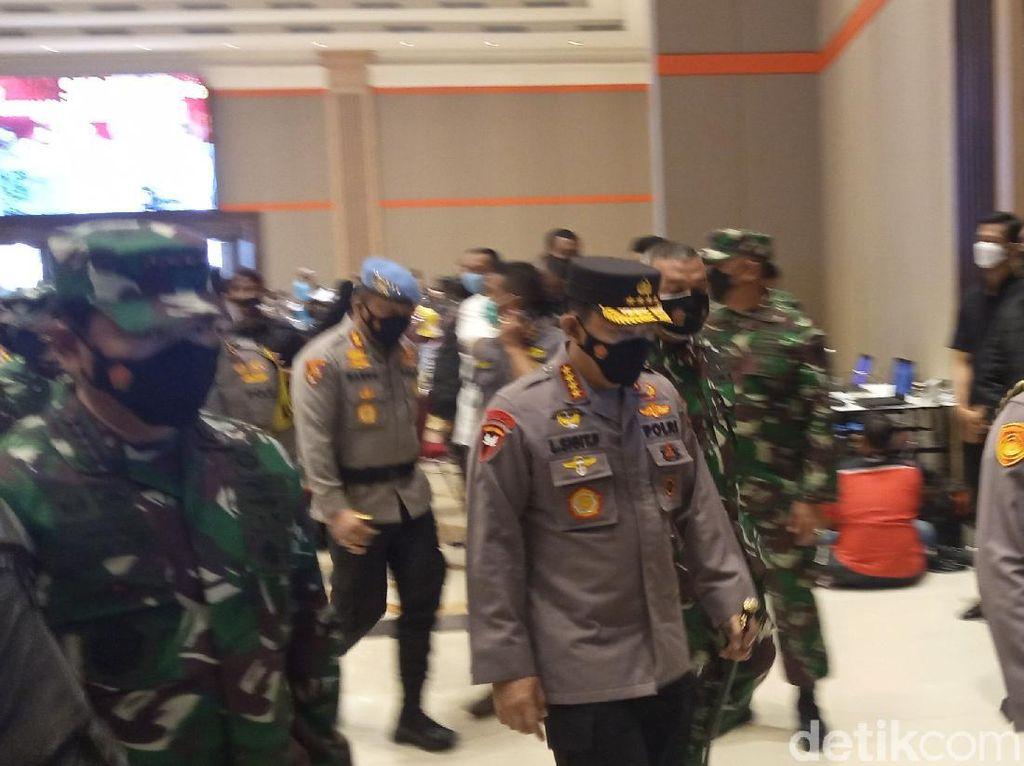 Tinjau Vaksinasi Massal di Bandung, Panglima TNI-Kapolri Ingatkan Prokes